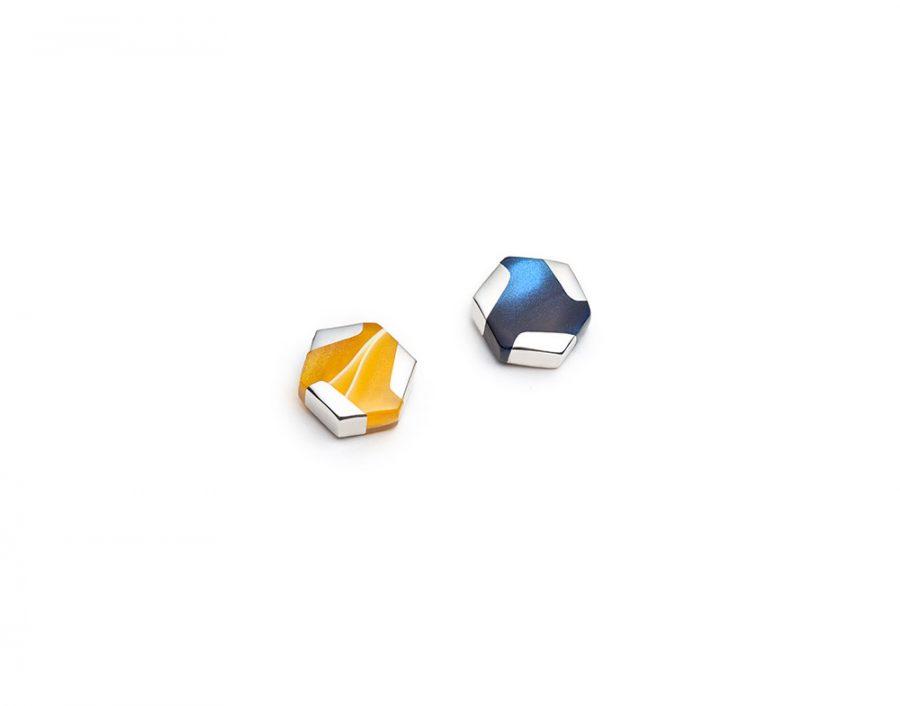 Boucles d'oreilles mini hexagonales dépareillées jaunes et bleus