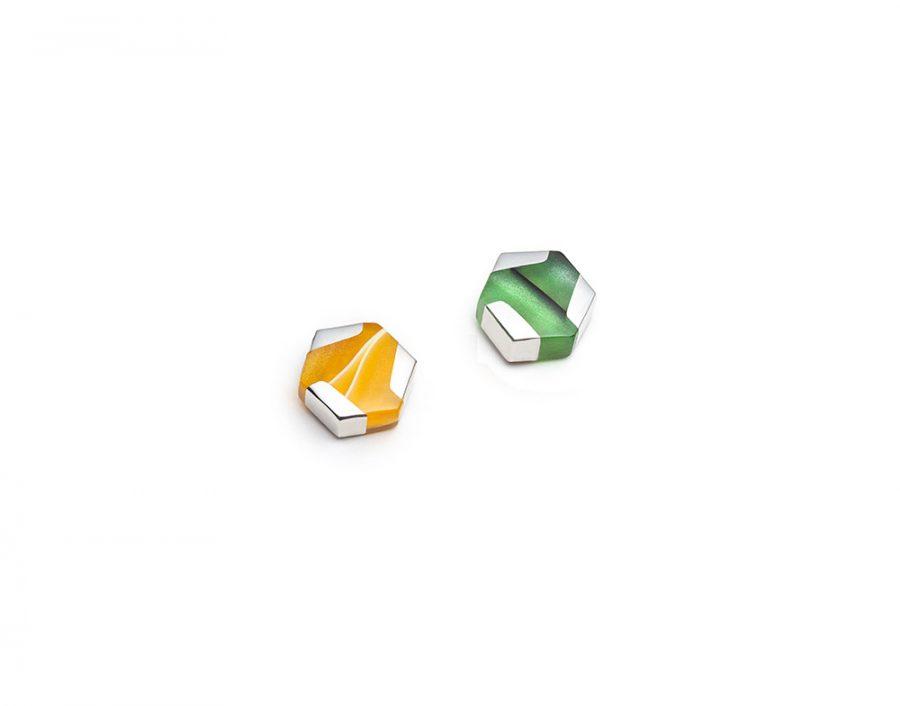 Boucles d'oreilles mini hexagonales dépareillées, jaunes et vertes
