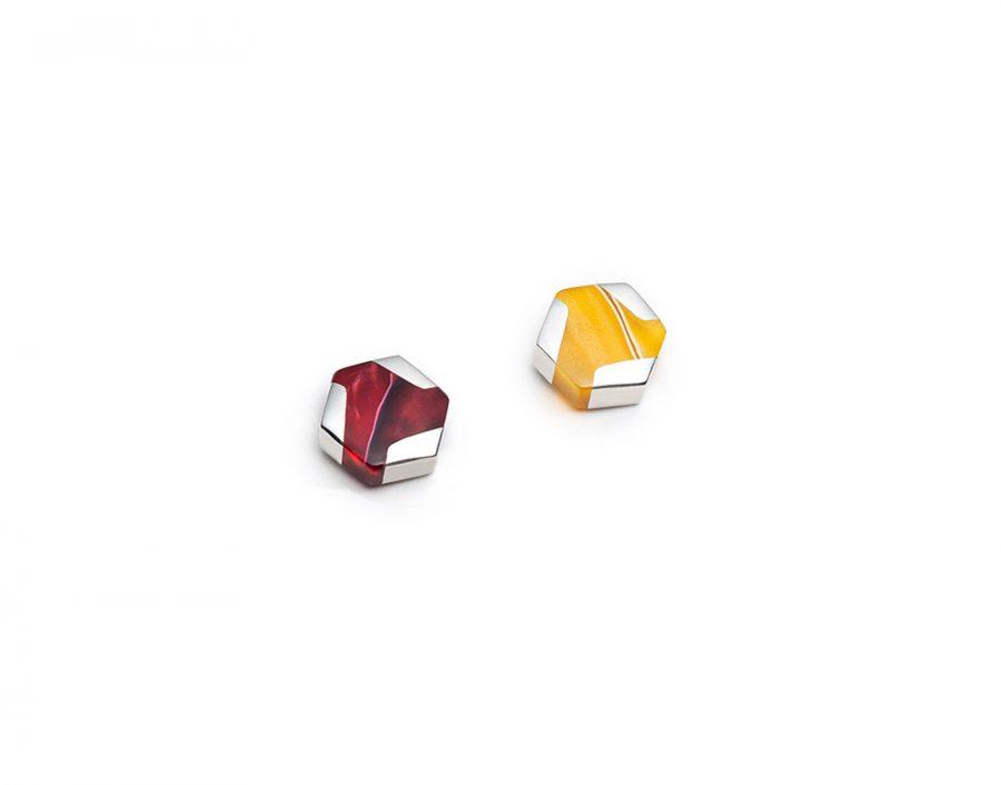 Boucles d'oreilles mini hexagonales dépareillées rouges et jaunes