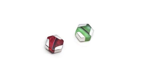 Boucles d'oreilles mini hexagonales dépareillées rouges et vertes